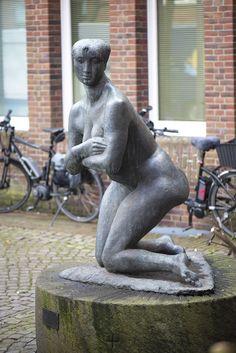 #Niebüll Bildhauer Waldemar Grzimek hat sich in der Darstellung des Körpers bewusst vom naturgetreuen Abbild gelöst. Im Mittelpunkt steht eher die Spannung des Körpers, die sich durch die optischen Bezugspunkte Schultern, Arme und Beine ergibt.