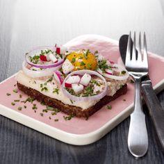 Røget ørred med æggeblomme, radiser og to slags løg (smørrebrød recipe in Danish)