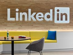 Office Tour: LinkedIn – New York City Offices – Modern Corporate Office Design Corporate Office Design, Modern Office Design, Corporate Interiors, Office Interior Design, Office Interiors, Office Branding, Bureau Design, City Office, Office Decor