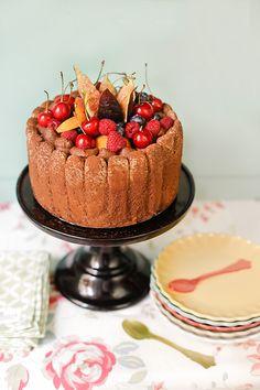 Carlota de chocolate con frutas