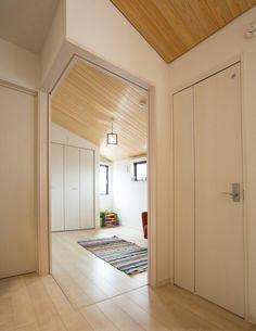 廊下と一体になった予備室。普段はお子さんたちのプレイルームとして活躍しています。 来客の際は両側の引戸を閉じればゲストルームに早変わりします。|インテリア|