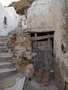 old stable doorsssssss Old Doors, Windows And Doors, Door Knockers, Door Knobs, Escalier Art, Unique Doors, Stairway To Heaven, Closed Doors, Doorway