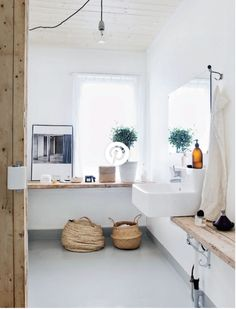 combo baskets, sink and wood