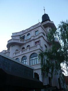 http://www.facebook.com/argentina.buenosaires    http://www.twitter.com/bairestuitea    El palacio de los vichos. Villa del Parque Buenos Aires, de comienzos del siglo XX