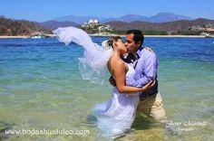 Trash the Dress ideal para tu boda en playa por Bodas Huatulco