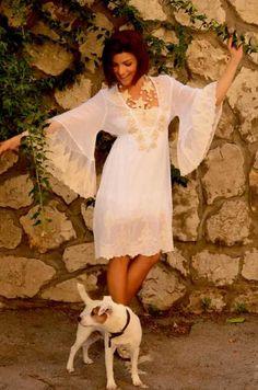Vestido Ibiza 142 Dressed in pure cotton, V-neck and elbow length sleeves. Apply lace in front and lace sleeves and bottom. Vestido en puro algodon, escote V y mangas al codo. Aplique de encaje en delantero y puntilla en mangas y bajo.
