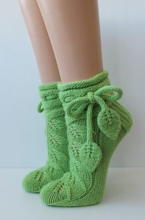 Ravelry: K-Kristiina's Leaf Socks – Knitting patterns, knitting designs, knitting for beginners. Knitted Slippers, Knit Mittens, Knitting Socks, Baby Knitting, Crochet Socks Pattern, Crochet Shoes, Knit Crochet, Crochet Patterns, Knitting Patterns