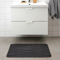 UPPVAN Bath mat, anthracite, Treat your feet to the softest landing each time you step out of the shower. This plush bath mat cradles your feet in comfort. Ikea Bathroom, Bathroom Furniture, Master Bathroom, Ikea Towels, Ikea Family, Pet Bottle, Synthetic Rubber, Diy Garden Decor, Recycled Materials