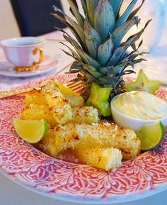 Är du ett ananas fan? Då kommer du älska denna efterrätt! Nyttig, lättlagad och makalöst god. Servera med vaniljkesella och njut!