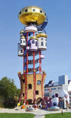 Een uitkijktoren ontworpen door Friedensreich Hundertwasser. De toren is op geen manier standaard of saai. De vreemde vormen en verschillende kleuren geven de toren een apart uiterlijk. Waren er maar meer van dit soort architecten.