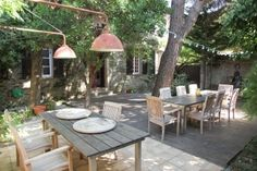 Provence- familie huis 12 personen, babysit mogelijk, veel bezienswaardwaardigheden in de omgeving. Places To Travel, Travel Destinations, Places To Go, Provence, Outdoor Tables, Outdoor Decor, Going On A Trip, Babysit, Beautiful Places In The World