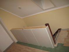 Es hat uns bereits länger gestört: Das alte Treppengeländer im oberen Flur! Die Idee war, es zu verkleiden, anschließend zu tapezieren und oben als Abschluss ein Holzbrett (Eiche, Akazie oder Walnu…