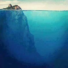Essa é a imagem do Morro Pão de Açúcar, no Rio de Janeiro, com sua parte submersa.