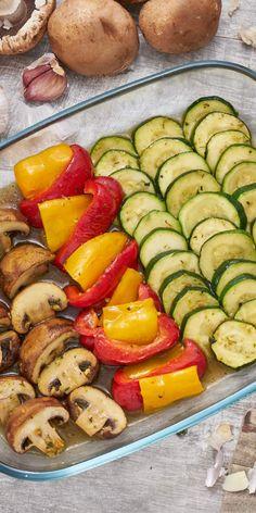 Lässt sich ein leckeres Gericht zubereiten, auch wenn du nur wenige Zutaten zur Verfügung hast? Mit unserem Gemüse-Antipasto bekommst du das hin! Zucchini, Paprika und Champignons werden im Ofen gebraten und erhalten so ein tolles Aroma.