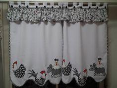 Cortina em oxford branco decorada com galinhas aplicadas. Bando em tec 100% algodão R$ 154,00