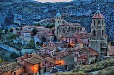 Albarracin , Aragon , España . Albarracin es un pueblo medieval conservado en el norte de España . Las pinturas en piedra en las cuevas del acantilado del Parque Cultural de Albarracin , arte prehistorico Levantino en España . . .