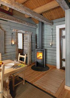 SJARMERENDE: På kjøkkenet og i spisekroken er veggene malt i en grønn, dus farge (Jotun Lady Interiør S3010-G70Y). Gulvet er i furu. I spisestuen står også en moderne vedovn som tilfører både varme og sjarm.