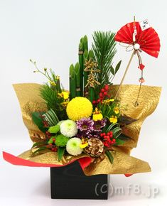 Tall Floral Arrangements, Ikebana Flower Arrangement, Ikebana Arrangements, Christmas Arrangements, Beautiful Flower Arrangements, Beautiful Flowers, Chinese New Year Decorations, Paper Christmas Decorations, New Years Decorations