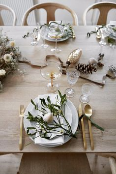 Se familiens nordiske jul med stærke traditioner The table is decorated with golden and floral notes. Christmas Table Settings, Christmas Table Decorations, Decoration Table, Holiday Tablescape, Minimal Christmas, Cozy Christmas, Scandinavian Christmas, Copenhagen Christmas, Christmas Interiors