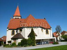 Blauer Himmel über der evangelischen Kirche in Helpup bei Oerlinghausen in Ostwestfalen-Lippe am Teutoburger Wald