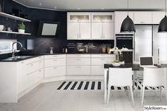 upper cupboard over fridge Cozy Kitchen, Scandinavian Kitchen, Kitchen Dining, Kitchen Cabinets, Dining Rooms, Kitchen Ideas, Black Interior Design, Interior Design Kitchen, Interior Decorating