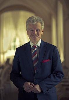 W 1987 ukończył studia z zakresu planowania i finansów gospodarki narodowej na Akademii Ekonomicznej w Poznaniu.  Prezydent miasta Poznań