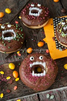 Turn your donuts into little vampires! All you need are plastic vampire teeth and candy eyes! Just carefully squeeze the teeth inside the donuts. Then pipe some chocolate and stick the eyes on. Fun idea for Halloween breakfast for the kids. Halloween Donuts, Halloween Desserts, Spooky Halloween, Chocolat Halloween, Buffet Halloween, Yeux Halloween, Halloween Cocktails, Pasteles Halloween, Halloween Breakfast