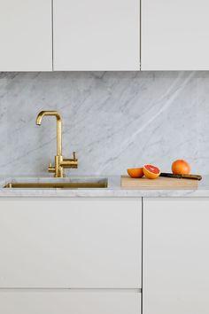 Helsingö SAMSÖ kitchen in Feather Grey, accented with brass details. Home Decor Kitchen, Kitchen Furniture, Kitchen Interior, Kitchen Dining, Dream Home Design, House Design, Minimal Kitchen, Ikea Cabinets, Kitchenette