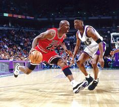 Michael Jordan of the Chicago Bulls drives baseline against the Milwaukee Bucks during the NBA game at the Bradley Center on April 1996 in Milwaukee, Wisconsin. Obtenha fotografias de notícias premium e de alta resolução na Getty Images I Love To Laugh, Make You Smile, Jordan Wallpaper, High Top Basketball Shoes, Nba Basketball, Interview, Everything Funny, Just For Laughs, New Jersey