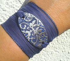 Sieh dir dieses Produkt an in meinem Etsy-Shop https://www.etsy.com/listing/205912246/blue-silk-wrap-bracelet-hand-dyed