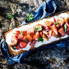 Den här mandeltårtan är rena rama dessertdrömmen med supertrion rabarber, fläder och jordgubbar. Dessutom är den glutenfri och lätt att göra till många. Mandelmjölet är bottnen ger en mazarinliknande smak och karaktär – somrigt så det förslår!