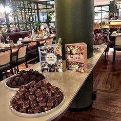Seige brownies med sjokoladeglasur   Det søte liv Jelly Cake, Chocolate Fudge Cake, Lemon Bars, Kos, Brownies, Baking, Dulce De Leche, Sweets, Baking Soda