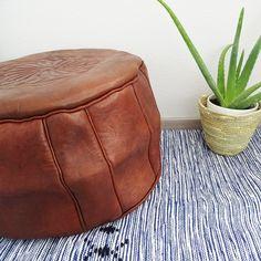 Le pouf marocain authentique en cuir de vachette est confectionné à la main et fait partie intégrante de la tradition marocaine. Utilisé comme une assise, repose pied ou objet deco, ce pouf donnera une touche ethnique à votre intérieur grâce à son ton naturel et ses motifs traditionnels.