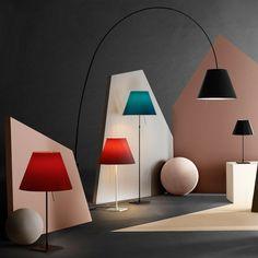 Klassisch modernes Design als Steh- oder Tischleuchte | Tischlampe | Tischleuchte | Schirm in zahlreichen Farben | bunt | Luceplan | Designleuchte | Wohnzimmer | Schlafzimmer | Lampe | Leuchte | Aluminium -Körper | klassisches Design |  warmes Licht #luceplan #licht #stehleuchte #lichtdesign #tischleuchte #frankeleuchten #unsereideenleuchten Aluminium, Bunt, Lighting, Life, Home Decor, Living Room, Light Design, Modern Design, Homemade Home Decor