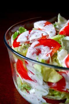 Gospodyni Miejska: Sałata lodowa z pomidorami i sosem czosnkowym Salad Dishes, No Carb Diets, Caprese Salad, Bon Appetit, Food Art, Salad Recipes, Potato Salad, Grilling, Good Food