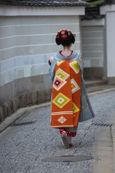 Maiko Katsuna at Zuiki Matsuri in Kyoto, Oct. 2014. I love obis with big geometric patterns.