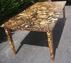 Table pyrography wood burning by hand. Upcycled Furniture, Unique Furniture, Home Decor Furniture, Painted Furniture, Diy Home Decor, Wood Burning Crafts, Wood Burning Art, Wood Crafts, Custom Dining Tables