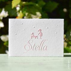 Het geschepte papier met een kartelrandje geeft een klassiek uiterlijk aan de kaartjes. De grote zus van Stella speelt een rol op het kaartje van haar zusje. Hoe lief is dat! Copyright Letterpers Voor meer informatie, mail ons!
