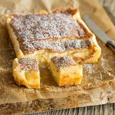 Ein fluffiger Pancake, eine feine Vanillecreme, eine lockere Biskuithaube. Und das alles aus nur einem Teig. Dieser Puddingkuchen ist Magie pur.
