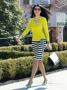 stripes midi skirt ini juga cocok Anda pakai ke kantor lho Ladies.