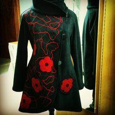 Abrigo Tapado de polar y tul con aplicaciones de lanas y #flores de fieltro #invierno #winter #fashion #moda #magallanes #puq #patagonia #puntaarenas #instapuq #instalike #instafashion #instachile #chile #coat  #flowers #red #rojo #like