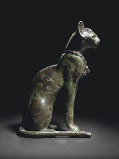 En las cortes de Egipto el gato era idolatrado. Esta tendencia a venerar a los animales se encontraba ya en el antiguo Egipto. Antes, los sacerdotes consagraban sus atenciones al león, pero éste era feroz y pesado, y el gato no tuvo problemas para imponerse. Aunque en esa época no estaba perfectamente domesticado, se mostraba al menos más dócil. Además, los sacerdotes señalaron que con el paso de las generaciones, el pequeño felino aceptaba cada vez mejor al hombre y se dejaba incluso…