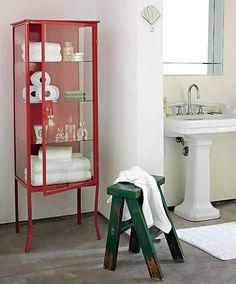 """O armário de farmácia substitui o gabinete do banheiro. A arquiteta Maristela Gorayeb recomenda esmaltar para proteger da umidade. """"Pinte colorido. A cor dá modernidade, sem roubar o aspecto de antiguinho"""", diz"""