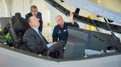Jefe de pruebas de Lockheed Martin Aeronáutica Compañía piloto Alan Norman informa Ministro de Defensa Moshe Yaalon de Israel en la cabina de un F-35, mientras que la IAF Brig. El general Yaakov Shaharabani, IAF Aire agregado a los Estados Unidos, observa. (Foto: cortesía: Lockheed Martin / Angel Delcueto)