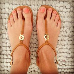 Shop Women's Tory Burch Brown size Sandals at a discounted price at Poshmark. Description: Used in good condition leather sandals from Tory burch. Sold by Fast delivery, full service customer support. Cute Shoes, Me Too Shoes, Shoe Boots, Shoes Sandals, Flat Shoes, Leather Sandals, Look 2015, Look Boho, Tory Burch Sandals