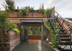 Rooftop garden - Architect Andrew Franz Restored This West Village Townhouse to its Historic Glory Townhouse Garden, Townhouse Interior, Nachhaltiges Design, Exterior Stairs, Roof Architecture, Architecture Interiors, Sustainable Architecture, Contemporary Architecture, Residential Architecture