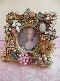 Vintage Jewelry Art Picture frame with old jewelry embellishments Jewelry Frames, Jewelry Tree, Jewelry Necklaces, Vintage Jewelry Crafts, Vintage Jewellery, Gothic Jewelry, Craft Jewelry, Jewelry Storage, Vintage Costume Jewelry