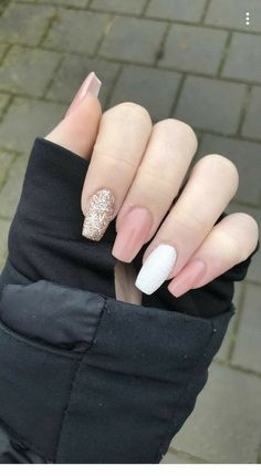 Apr 2020 - 25 Elegant White Nail Art Ideas that You will Love for Winter: Now is the time to beautify your nails with a white winter theme. Having an elegant white nail art is a beauty in itself this season. Gold Gel Nails, White Acrylic Nails, Gold Nail Art, White Nail Art, Summer Acrylic Nails, Best Acrylic Nails, Pink Nails, Coffin Nails, White Acrylics
