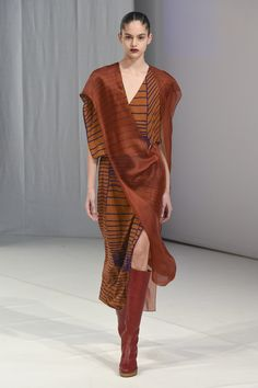 The complete Chalayan Fall 2018 Ready-to-Wear fashion show now on Vogue Runway.