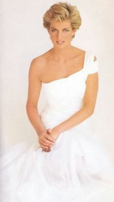 """My first thoughts are that I should not let people down, that I should support them and love them."" -Diana, Princess of Wales Princess Diana Family, Royal Princess, Princess Of Wales, Princess Margaret, Lady Diana Spencer, Kate Middleton, Most Beautiful Women, Beautiful People, Princesa Kate"